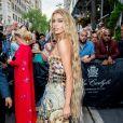 A modelo Stella Maxwell investiu em fios superlongos, estilo sereia, para o Met Gala 2018