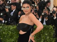 Kylie Jenner combina minióculos com vestido 'all in black' no Met Gala. Fotos!