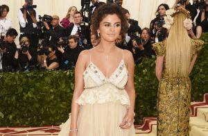 Superbronzeada, Selena Gomez usa look inspirado em rainha da bíblia no Met Gala