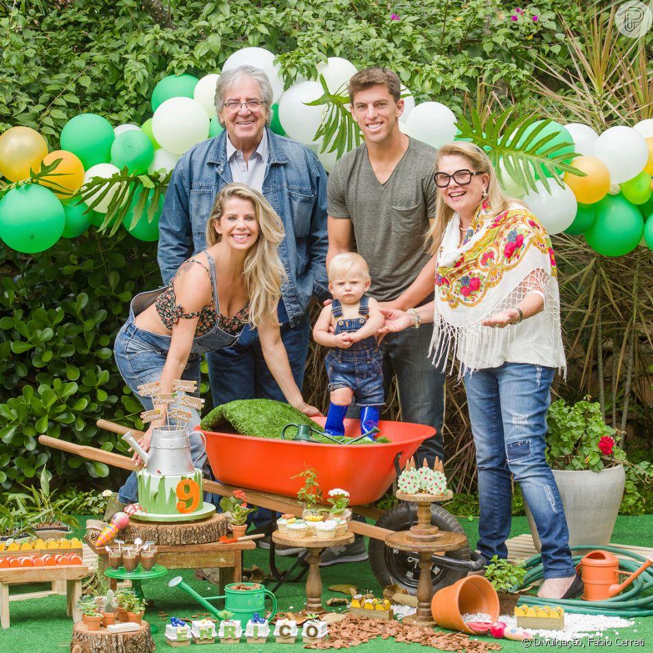 Karina Bacchi reuniu os pais, Nádia e Ítalo, e o namorado, Amaury Nunes, na festa de 9 meses do filho, Enrico