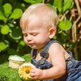 Filho de Karina Bacchi se deliciou com doces e esbanjou fofura ao usar jardineira ao sua festa de 9 meses