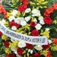 A dupla sertaneja Victor e Leo também deixou uma coroa de flores para a mãe de Xuxa, dona Alda