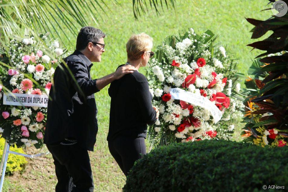 Xuxa foi confortada pelo namorado, Junno Andrade, no velório de Dona Alda