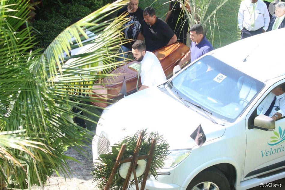 Caixão com o corpo de Dona Alda chega para o velório e sepultamento no Cemitério Jardim da Saudade