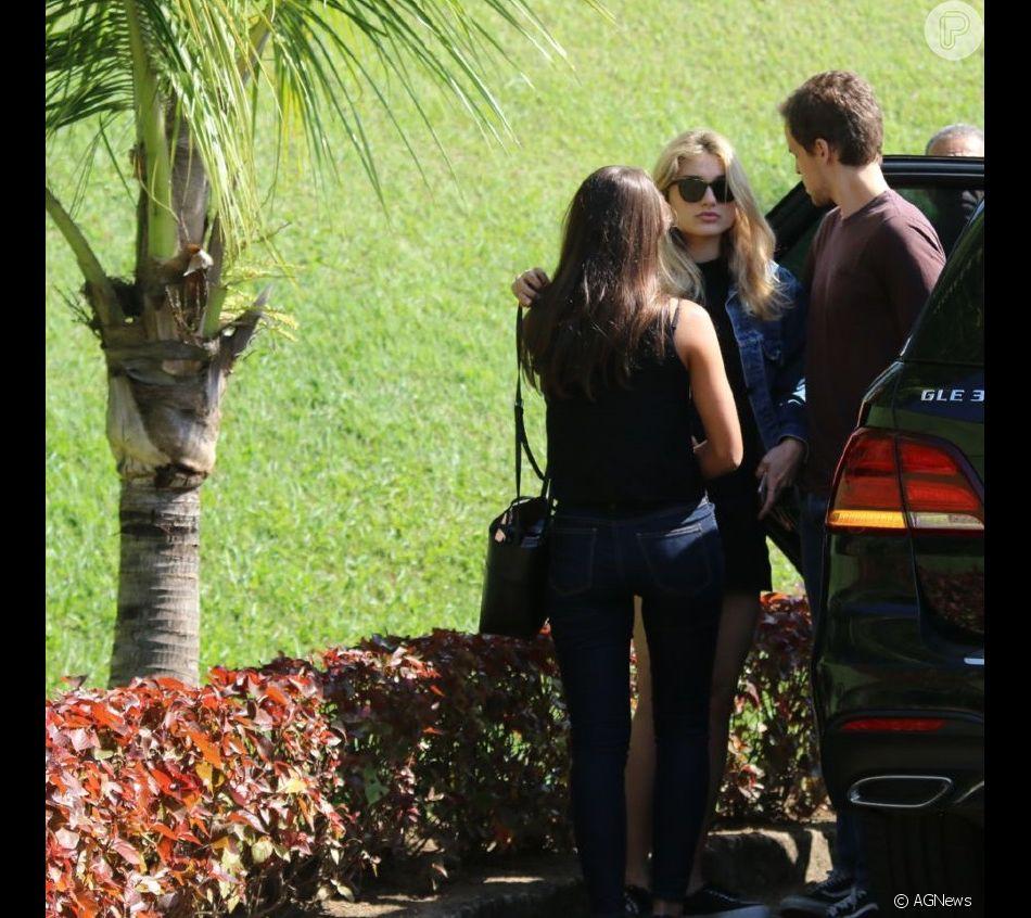 Sasha teve a companhia de amigos ao chegar para o velório de Dona Alda