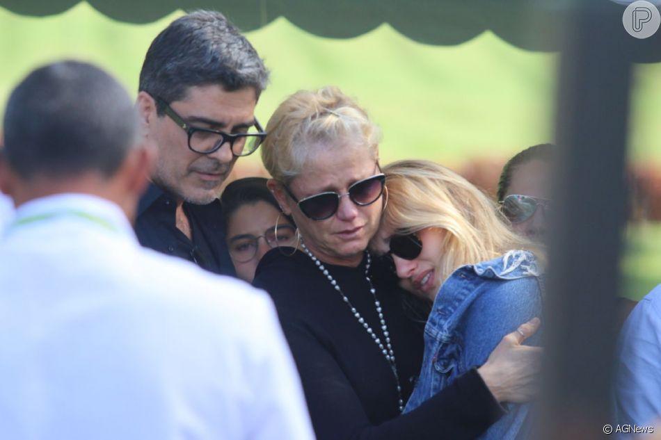 Xuxa Meneghel com a filha, Sasha, e o namorado, Junno Andrade, no enterro de Dona Alda, no Rio, nesta quarta-feira, 9 de maio de 2018