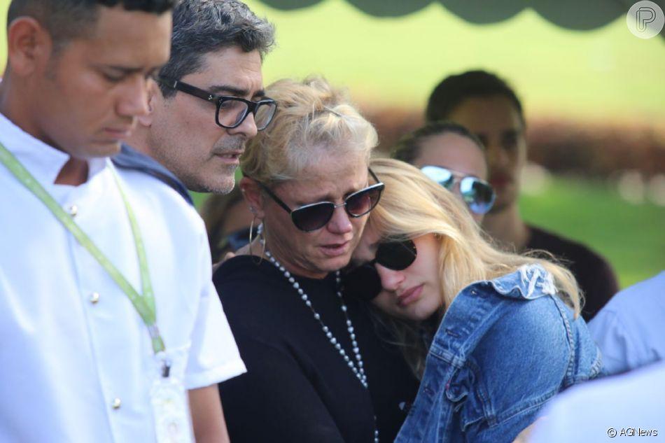 Xuxa Meneghel recebeu apoio da filha, Sasha, e do namorado, Junno Andrade, no enterro de Dona Alda, no Rio, nesta quarta-feira, 9 de maio de 2018