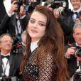 A atriz Adele Wismes ousou com um longo preto em que combina transparência, bordados e brilho no Festival de Cannes 2018