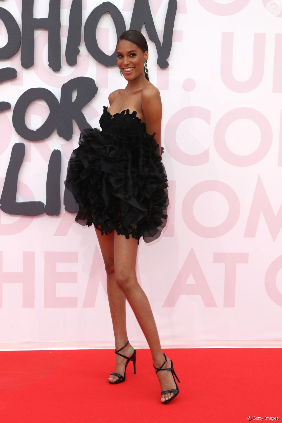 A modelo Cindy Bruna de Ermanno Scervino em um curtíssimo tomara que caia  no Festival de Cannes 2018 d56a8abe0ea