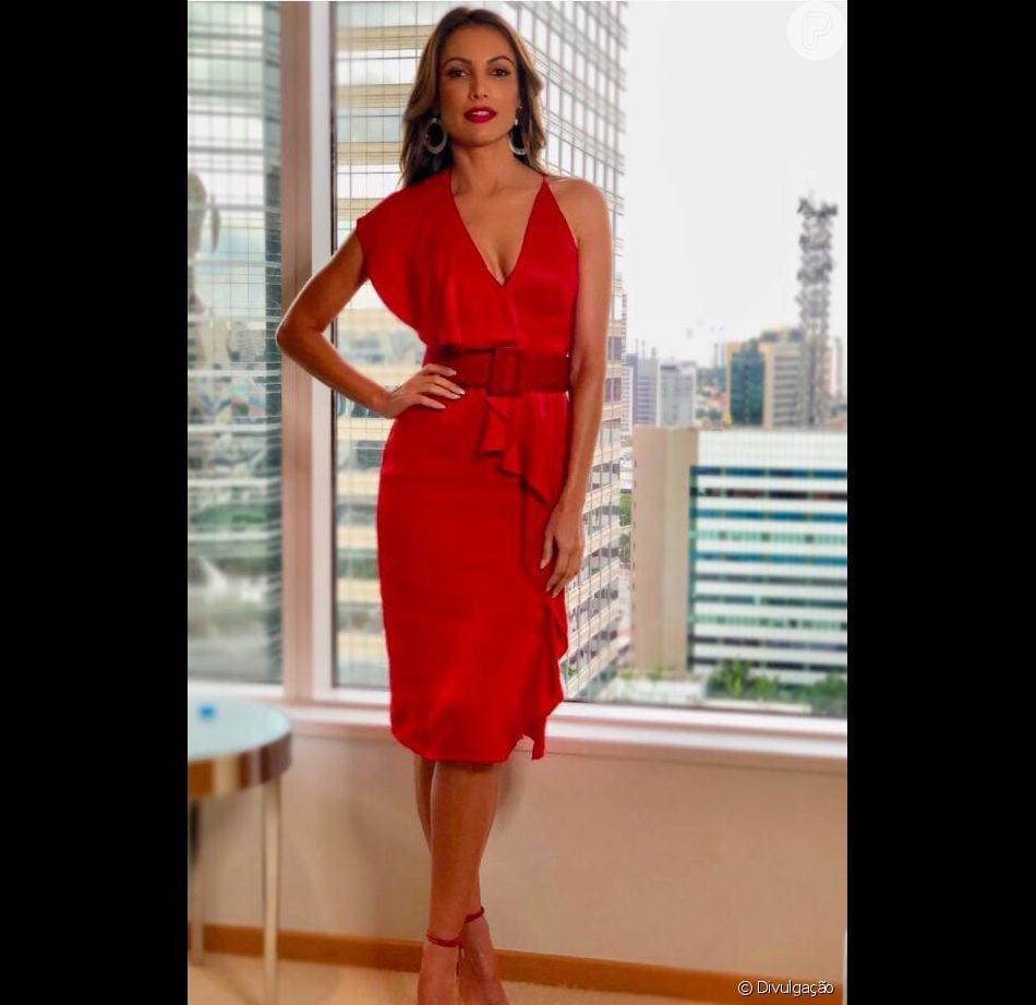 8ea074168f Patrícia Poeta apostou num vestido vermelho Tufi Duek e sandálias Shutz