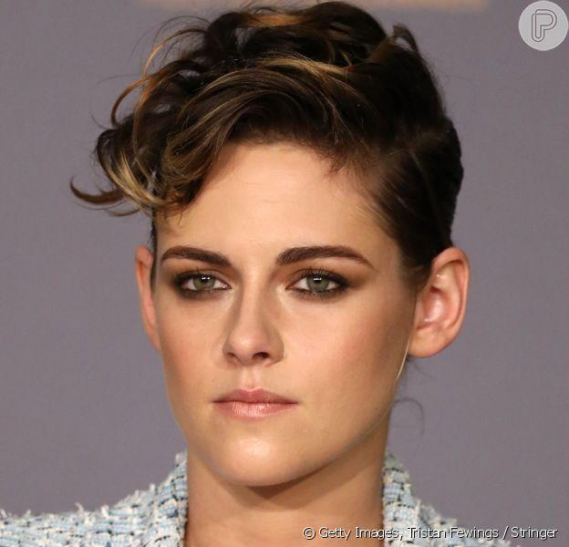 Destaque no olhar da Kristen Stewart no Festival de Cannes 2018, o olho esfumado pode ser usado de dia e de noite e, em entrevista para o Purepeople, a maquiadora Robs Menezes ensina o passo a passo