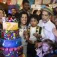 Regina Casé recebe famosos em aniversário de cinco anos do filho, Roque