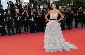 Bruna Marquezine aposta em longo de poá com babados para red carpet em Cannes