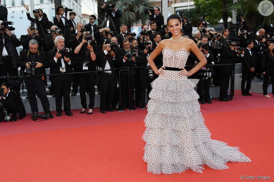 Bruna Marquezine cruzou o tapete vermelho em Cannes neste domingo, 13 de maio de 2018