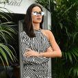 Bruna Marquezine compareceu ao almoço promovido pela joalheria Chopard no Festival de Cannes 2018 com um vestido curto listrado de R$ 1,1 mil da grife Self-Portrait