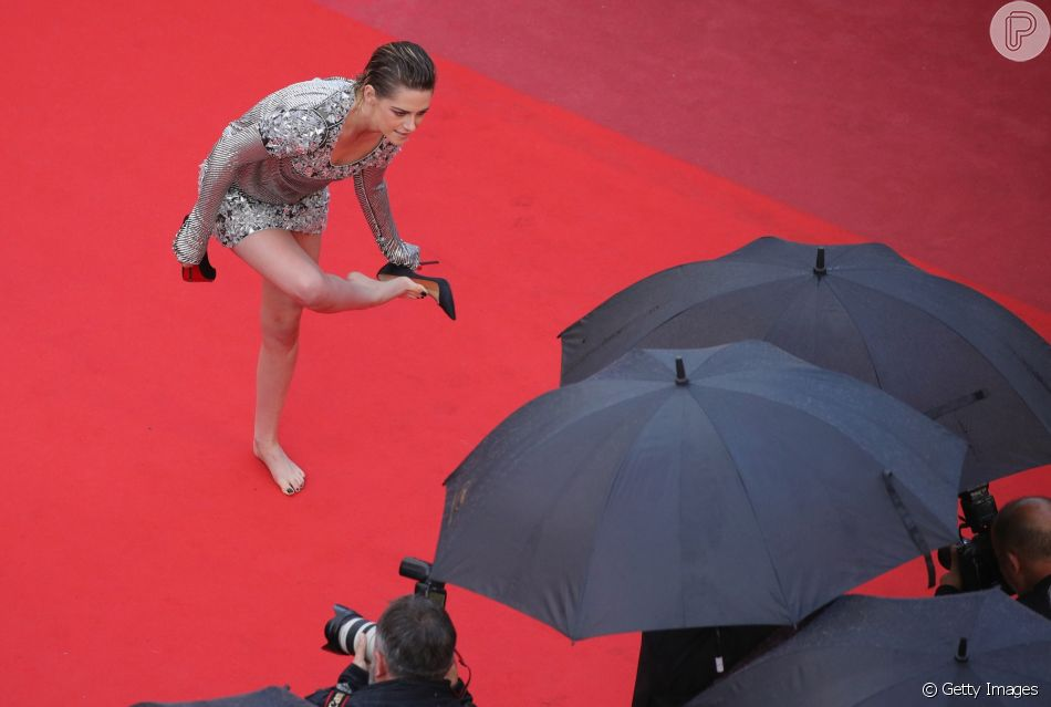 Descalça em Cannes! Kristen Stewart quebra protocolo e sobe escadaria sem salto nesta segunda-feira, dia 14 de maio de 2018