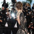 Alessandra Ambrosio atraiu flashs com o colar de luxo da joalheiria suíça