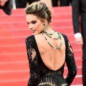 Alessandra Ambrosio valoriza decote nas costas com colar invertido em Cannes