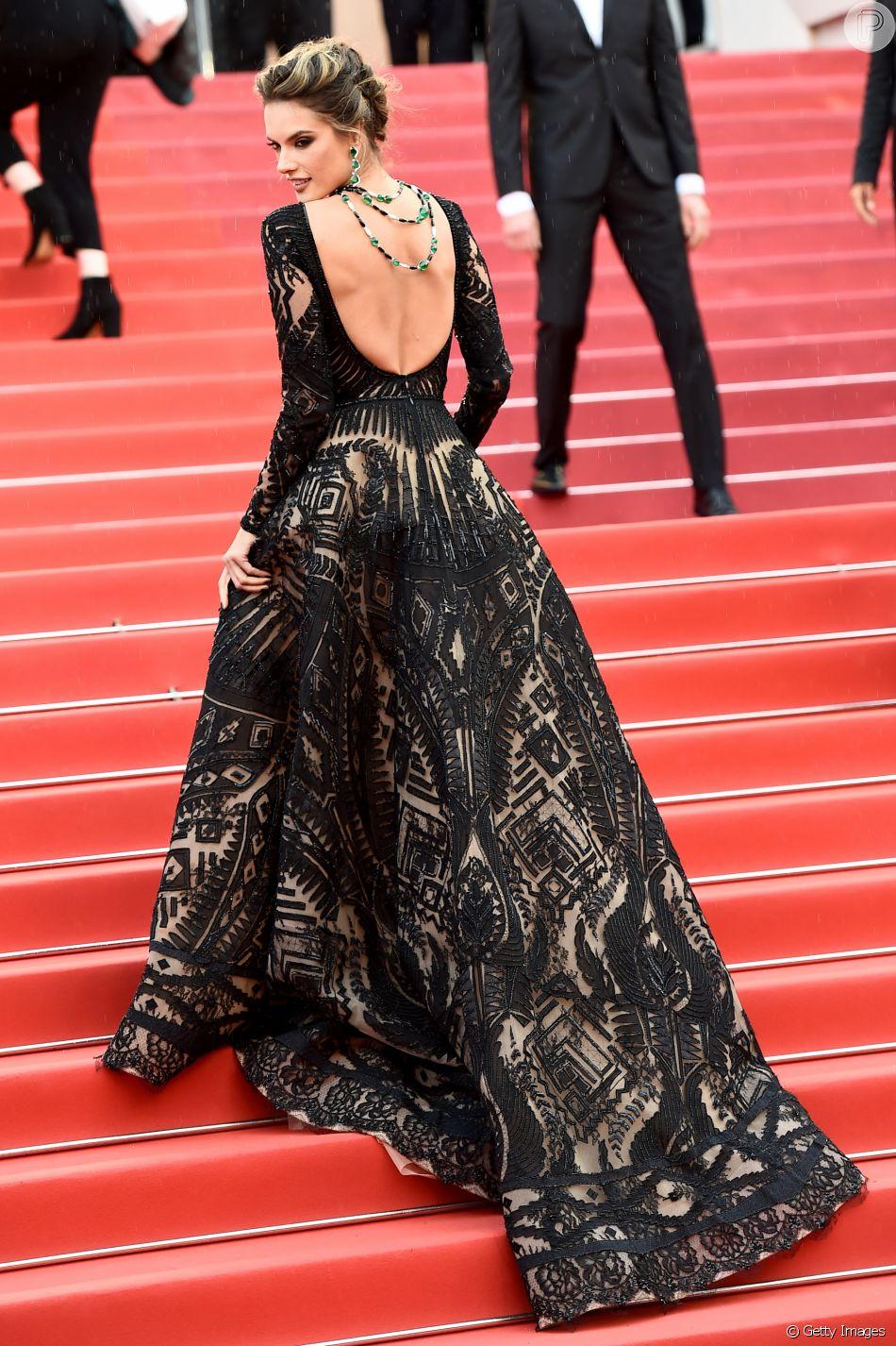 Alessandra Ambrosio valoriza decote nas costas com colar invertido em Cannes nesta segunda-feira, dia 14 de maio de 2018