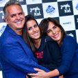 Gloria Pires e o marido, Orlando Morais, com a filha Ana nos bastidores do primeiro show de Cleo