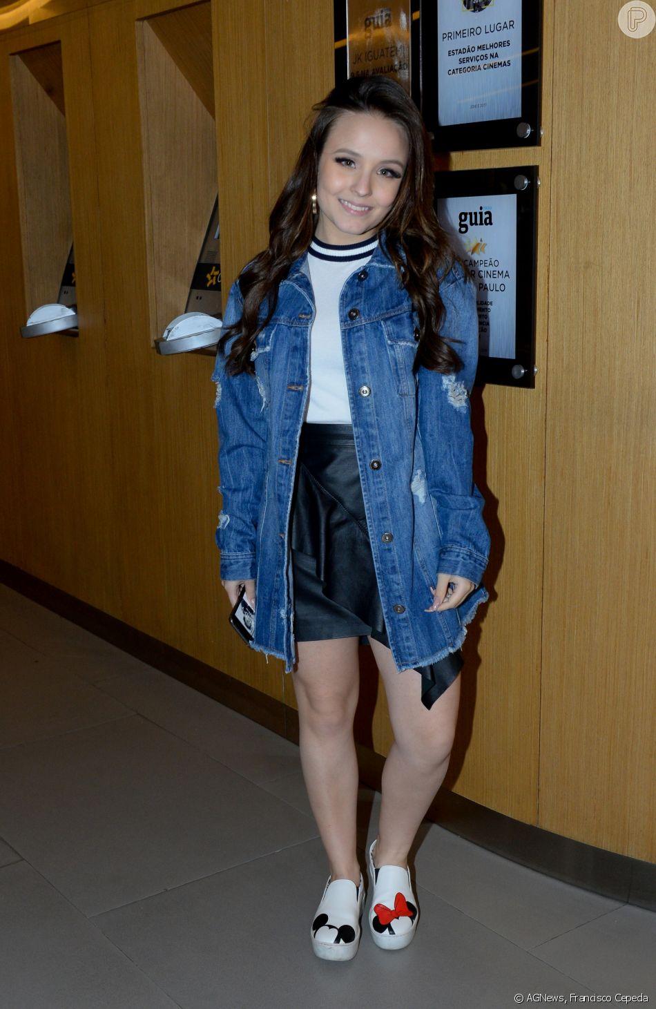 18d456dba4c82 Larissa Manoela escolheu look moderno com jaqueta jeans oversized para  cinema com o namorado