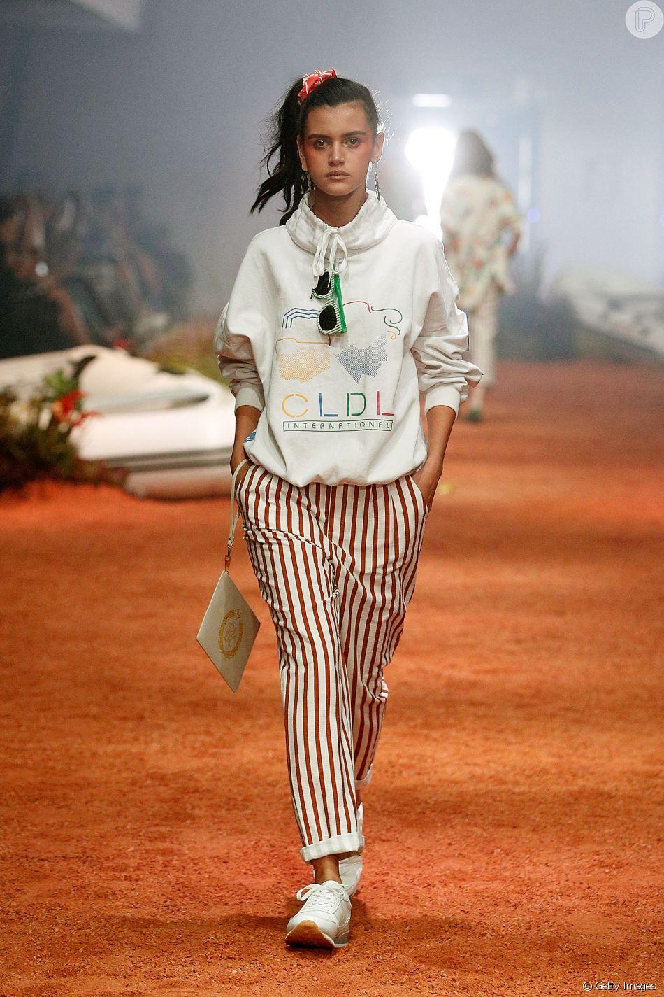Calças listradas, moletom e óculos coloridos são marcas registradas da moda  presente nos anos 80 e 90 48f9269530