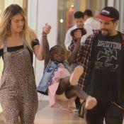 Em família! Bruno Gagliasso e Giovanna Ewbank brincam com Títi em shopping