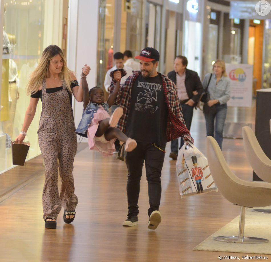 Bruno Gagliasso e Giovanna Ewbank passearam com a filha, Títi, no shopping Village Mall, na zona oeste do Rio, nesta quarta-feira, 16 de maio de 2018