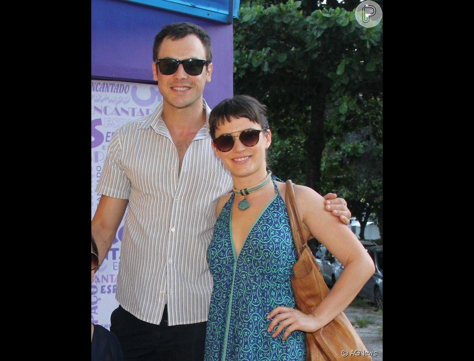 Bianca Bin exibe novo visual em passeio com Sergio Guizé