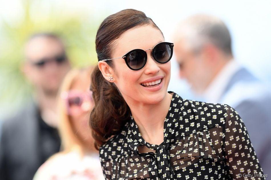 1c9c0eaf2d698 Moda nas passarelas, os óculos escuros começaram a se tornar um objeto da  moda como o de Olga Kurylenko