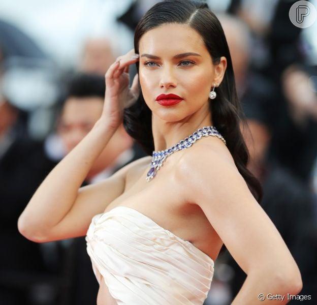 Famosas apostam em tendências de make para o Festival de Cannes 2018. Entre elas, pele iluminada e batom vermelho, como a produção de Adriana Lima, foram as mais usadas
