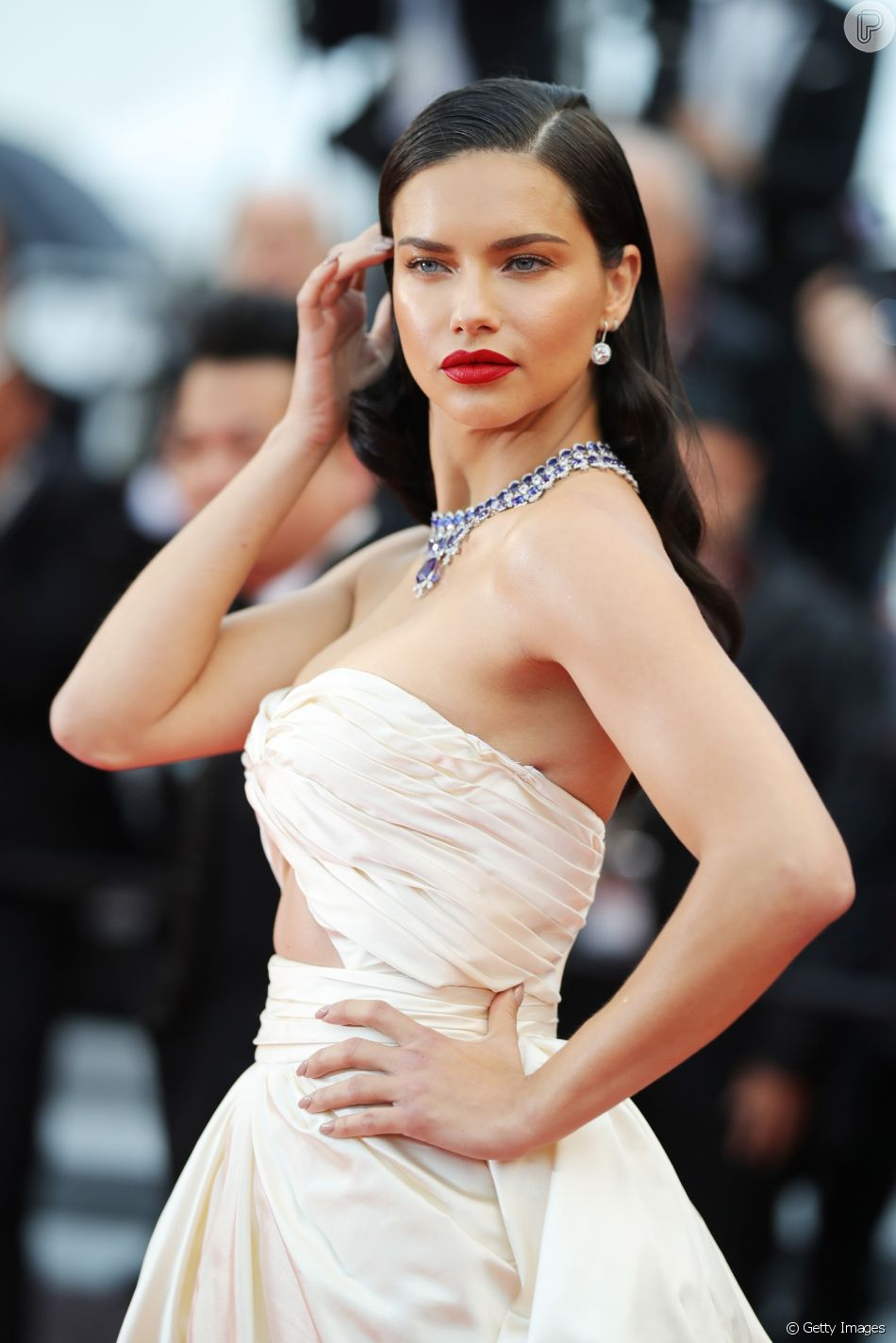 Famosas apostam em tendências de make para o Festival de Cannes 2018. Entre elas, pele iluminada e batom vermelho, como a produção de  Adriana Lima , foram as mais usadas