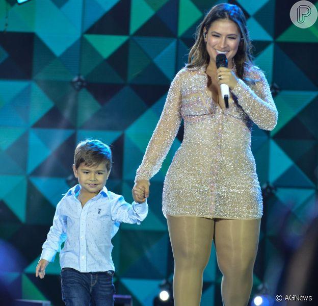 Simone, da dupla com Simaria, mostrou look estiloso do filho em viagem nesta sexta-feira, 18 de maio de 2018