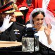 Após o casamento, Meghan Markle e o príncipe Harry passearam de carruagem e acenaram aos súditos