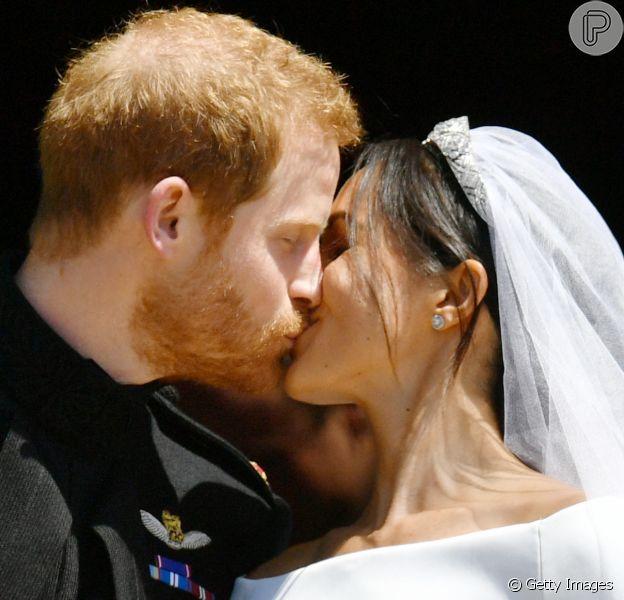 Meghan Markle e o príncipe Harry se beijam após casamento na capela de St. George, em Windson, na Inglaterra, neste sábado, 19 de maio de 2018