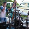 Marcelo, de 8 anos, tocou bateria no trio da mãe