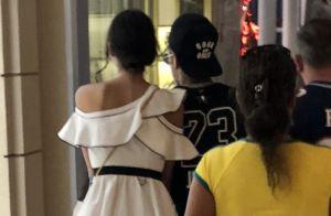 Bruna Marquezine e Neymar passeiam de mãos dadas por shopping do Rio de Janeiro