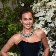 Irina Shayk brilhou com cordão com dezenas de esmeraldas na lapidação pérola