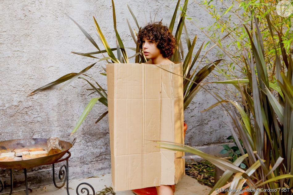 João (Igor Jansen) precisa usar uma caixa de papelão depois de ter suas roupas roubadas, no capítulo que vai ao ar segunda-feira, dia 28 de maio de 2018, na novela 'As Aventuras de Poliana'