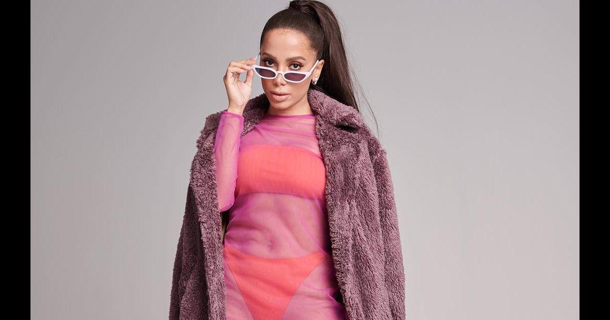 O biquíni tomara que caia laranja fluorescente usado por Anitta foi  combinado com vestido de tela da Bo.Bô, saltos Schutz e casaco fake fur da  Cotton ... 23e3db3b69