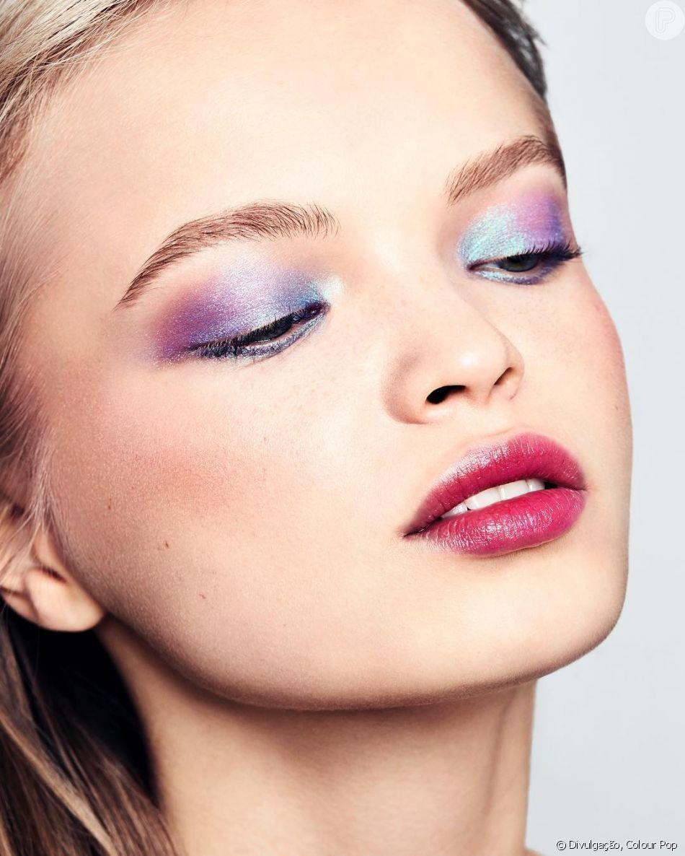 Tendência internacional, a maquiagem holográfica pode ser feita com produtos que não possuem o efeito. Aprenda como com a ajuda de especialistas