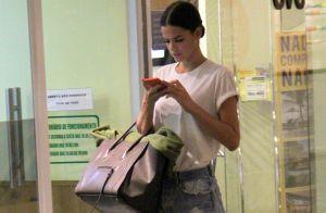 Coque baixo, t-shirt e short jeans: veja o look de Bruna Marquezine em shopping