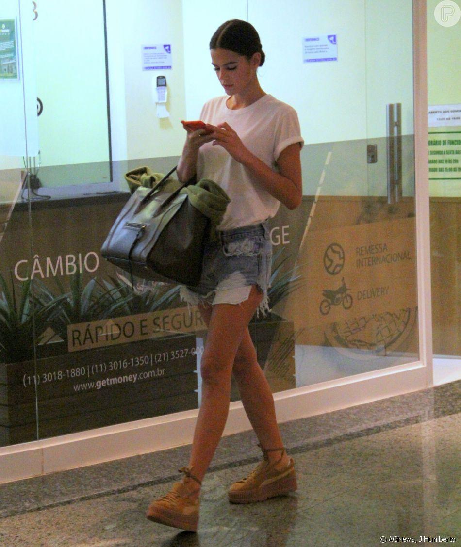 Bruna Marquezine elegeu t-shirt e short jeans destroyed para passeio em shopping da Barra da Tijuca, na zona oeste do Rio, nesta sexta-feira, 25 de maio de 2018