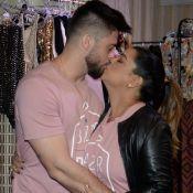 Preta Gil ganha beijo do marido, Rodrigo Godoy, ao realizar bazar em SP. Fotos!