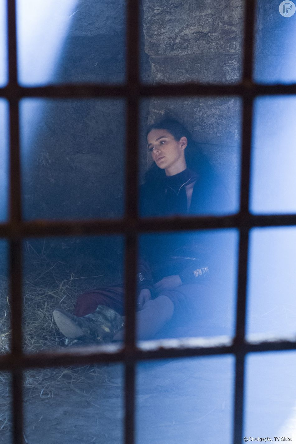 8876a614a58 Catarina (Bruna Marquezine) vai aparecer encolhida nos próximos capítulos  da novela  Deus Salve o Rei  após ser estuprada por Otávio (Alexandre  Borges)