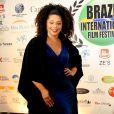 Juliana Alves usou vestido com fenda no Festival Internacional de Cinema em Teresópolis, Rio de Janeiro