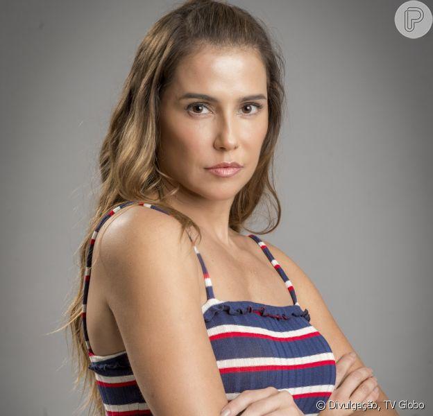 Karola (Deborah Secco) se revolta com mudança para casa na favela em plano bolado por Luareta (Adriana Esteves). 'Um abrigo pra mendigos é melhor que isso aqui!', esbraveja a vilã na novela 'Segundo Sol'