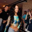 Rihanna chegou ao hotel com a barriga de fora e foi se arrumar para a festa