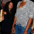 Rihanna foi fotografada em uma área vip da festa