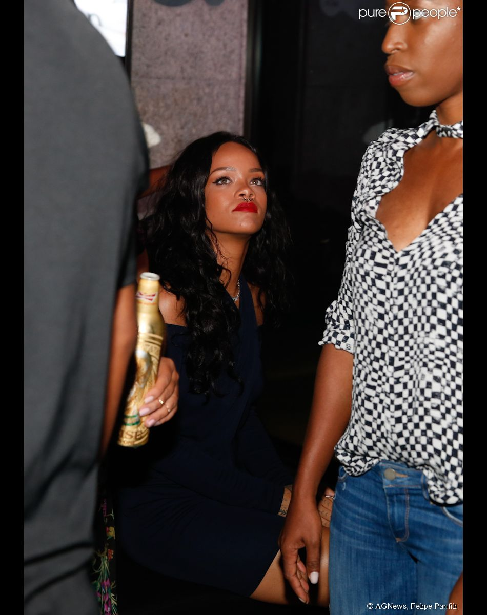 Rihanna curte a noite em festa da Budweiser, no hotel Pestana, no Rio (12 de julho de 2014)